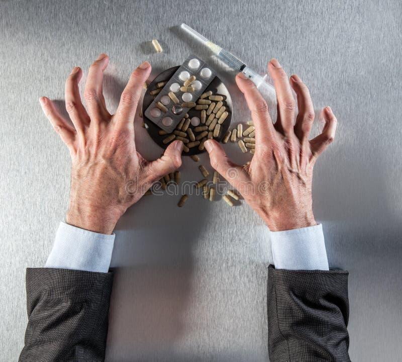 Mains soucieuses d'homme d'affaires exprimant l'effort et la frustration pour les drogues illégales images stock