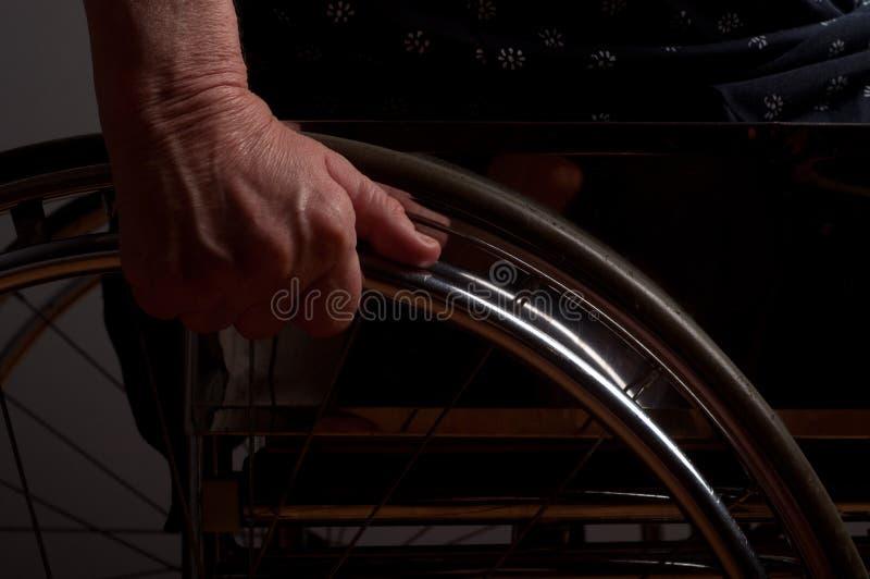 Mains supérieures dans le fauteuil roulant image stock