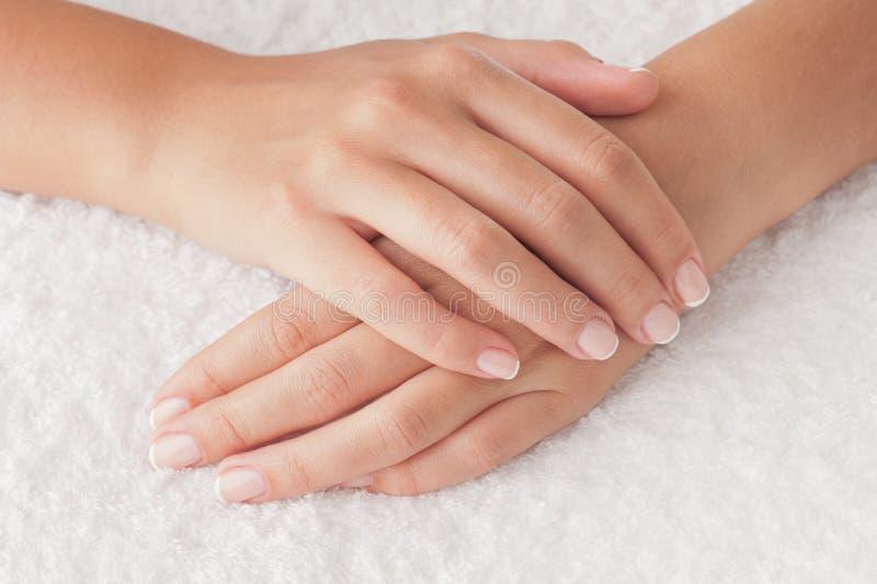 Mains sur l'essuie-main image libre de droits