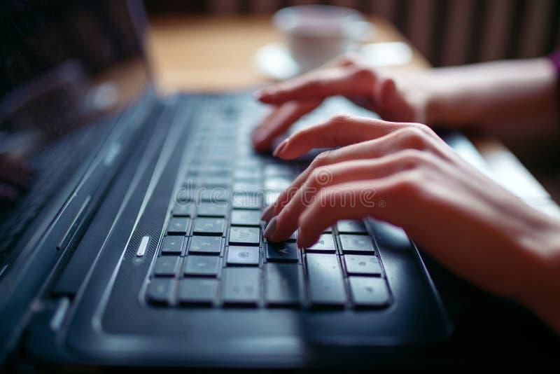 Download Mains Sur La Fin De Clavier D'ordinateur Portable Image stock - Image du people, internet: 87700239