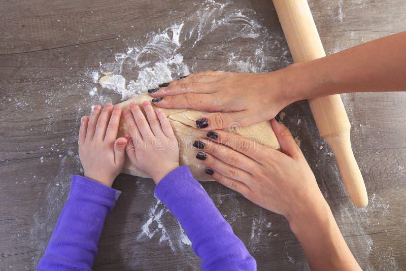 Mains sur la pâte d'en haut image libre de droits