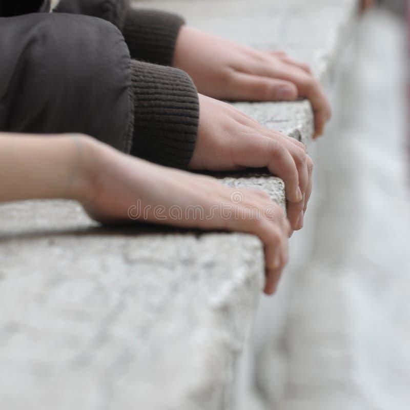 Mains sur la pierre images libres de droits