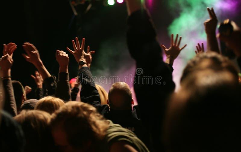 Mains sur le concert de musique photos stock
