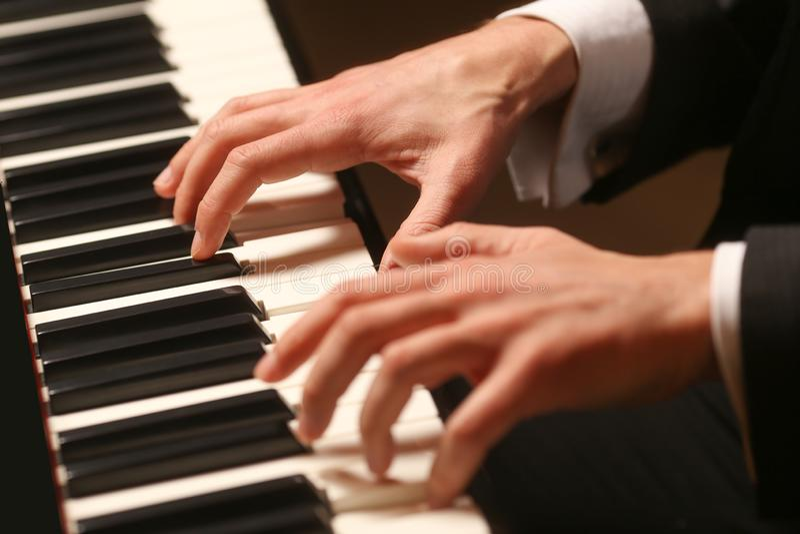 Mains sur le piano Le pianiste joue le piano image stock