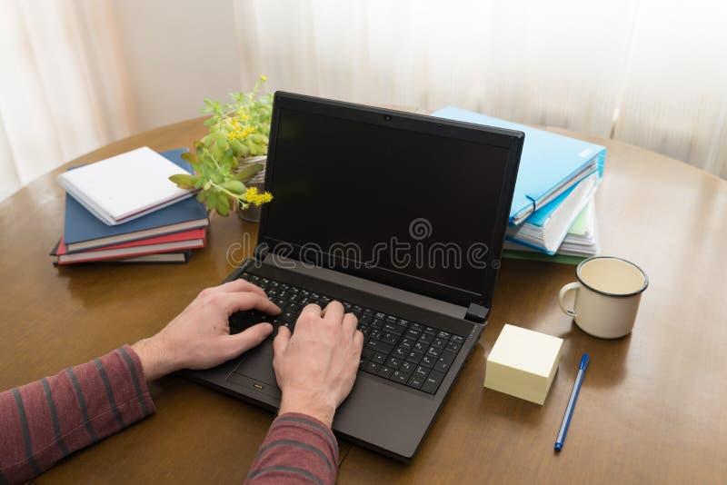 Mains tapant sur un ordinateur portatif image libre de droits
