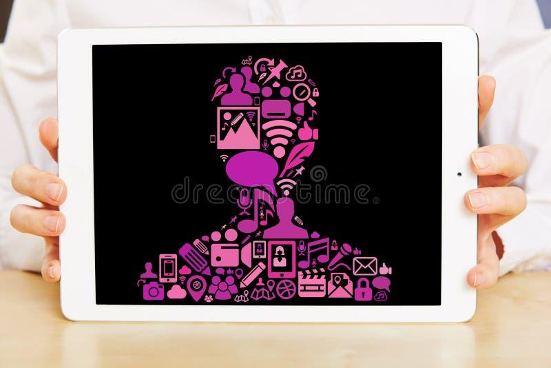 Mains tenant la tablette avec les icônes sociales de media images stock