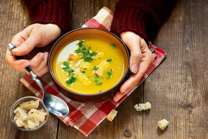 Mains tenant le bol de soupe photos stock