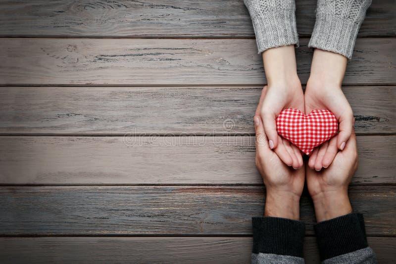 Mains tenant le coeur de tissu image libre de droits