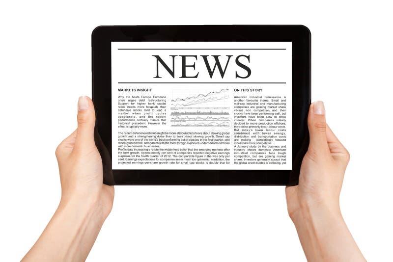 Mains tenant le comprimé avec des actualités. image stock