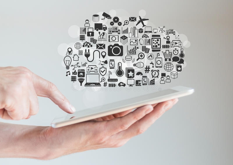 Mains tenant le comprimé avec le calcul de nuage et le concept de mobilité image stock