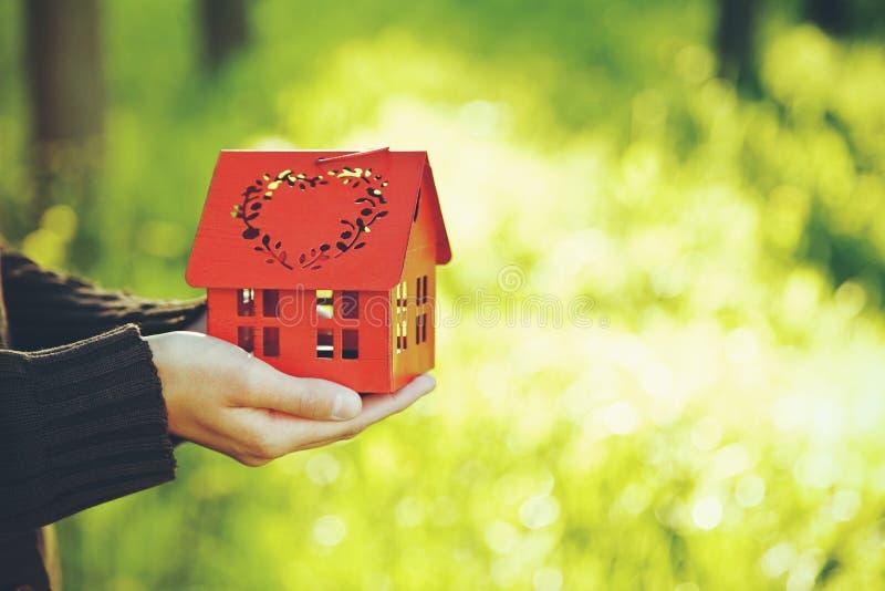 Mains tenant le modèle de la maison image libre de droits