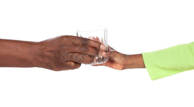 Mains tenant le verre photographie stock