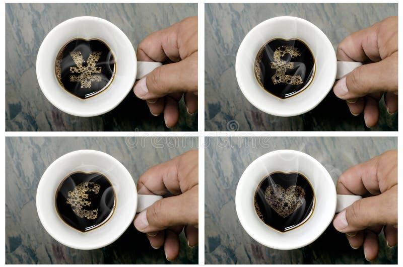 Mains tenant une tasse de café chaud avec les signes monétaires image stock