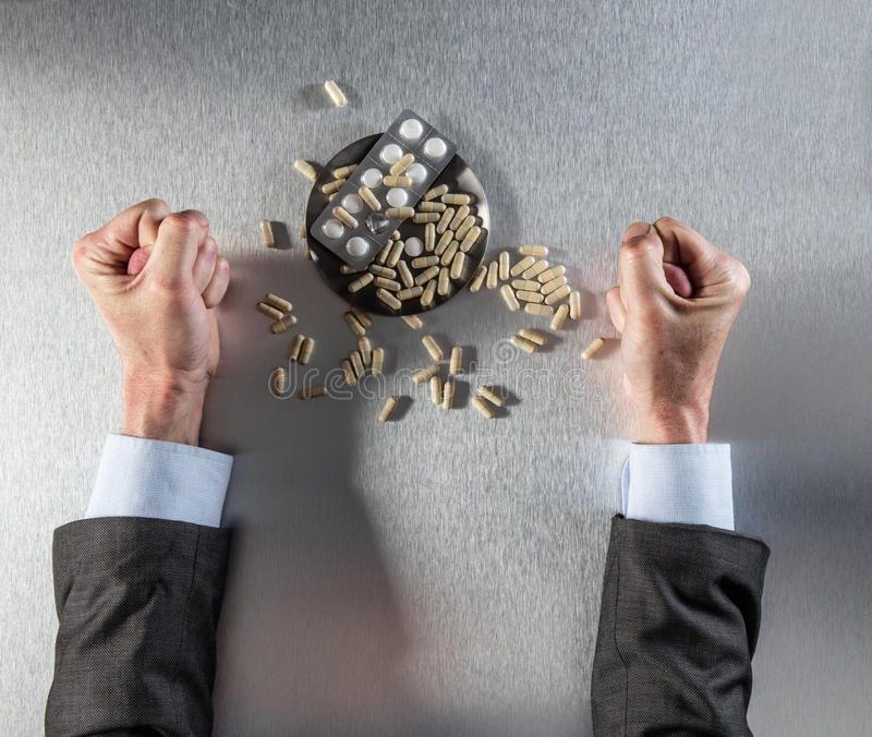 Mains tendues et poings autoritaires d'homme d'affaires protestant contre des drogues de puissance photos stock