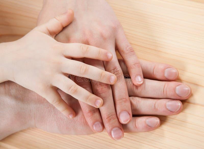 Mains unies de père, de mère et d'un enfant photographie stock