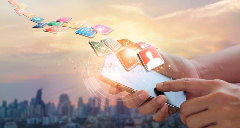 Mains utilisant des paiements mobiles, vente de Digital R?seau bancaire Achats en ligne photographie stock