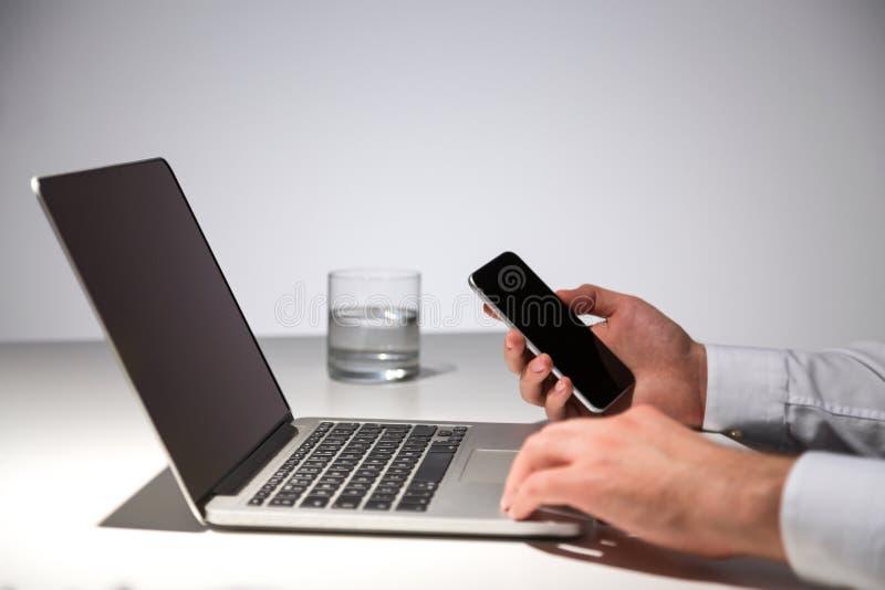 Mains utilisant l'ordinateur portable vide photos libres de droits