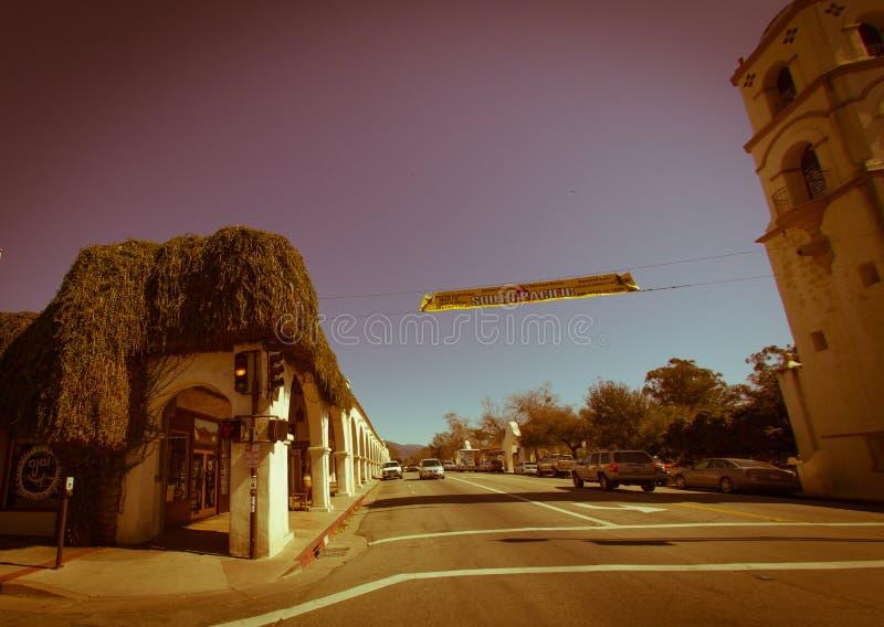 Mainstreet calmo e histórico de Ojai com sua igreja, torre e fotografia de stock royalty free
