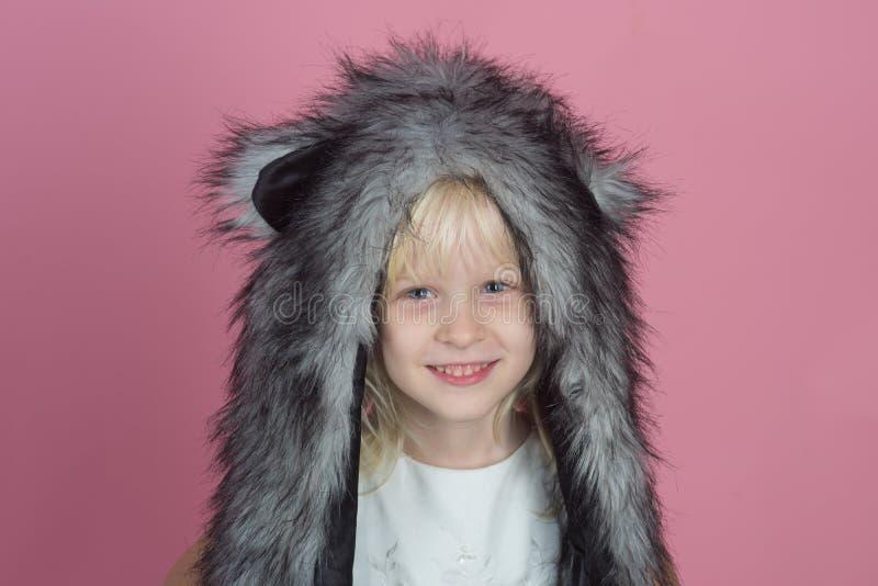 Maintenant vos petits heureux et chauds dans l'hiver Peu de fashionista Peu écharpe de chapeau d'hiver d'usage de fille Enfant he images stock