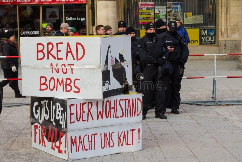 Maintenez l'ordre le cordon et signez des bannières sur la démo de l'anti-OTAN de rassemblement de protestation photographie stock libre de droits