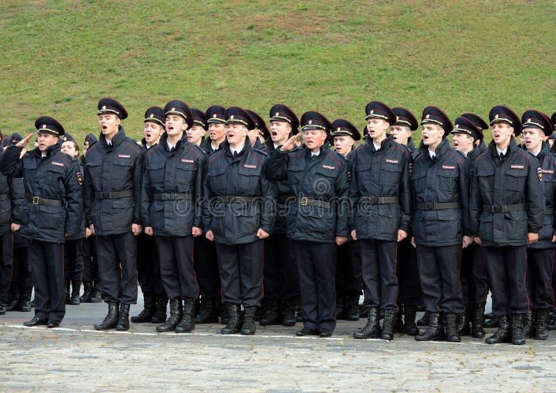 Maintenez l'ordre les cadets de l'université de loi de Moscou du ministère des affaires intérieures de la Russie au courrier céré image stock