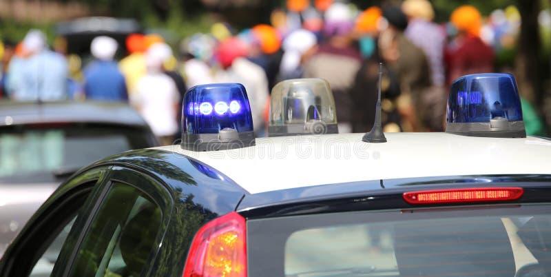 Maintenez l'ordre les sirènes de voitures de patrouille clignotant pendant la démonstration de image stock