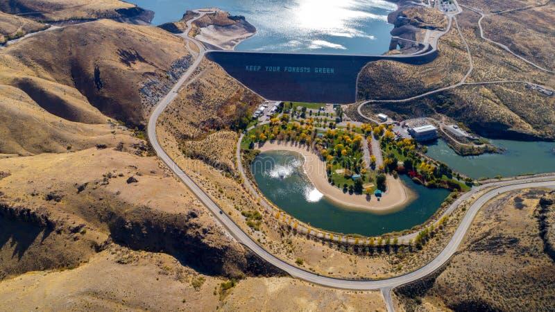 Maintenez notre vert de forêts pour se connecter un barrage de terre dans l'Idaho images libres de droits