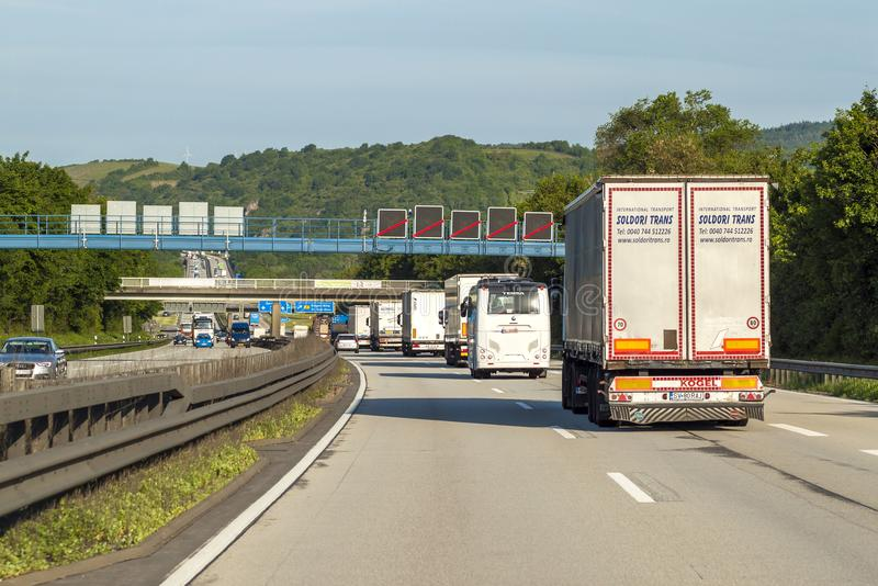 Mainz, Deutschland - 12. Juni 2017: Starker Verkehr auf Autobahn, Mikrobe stockfotografie