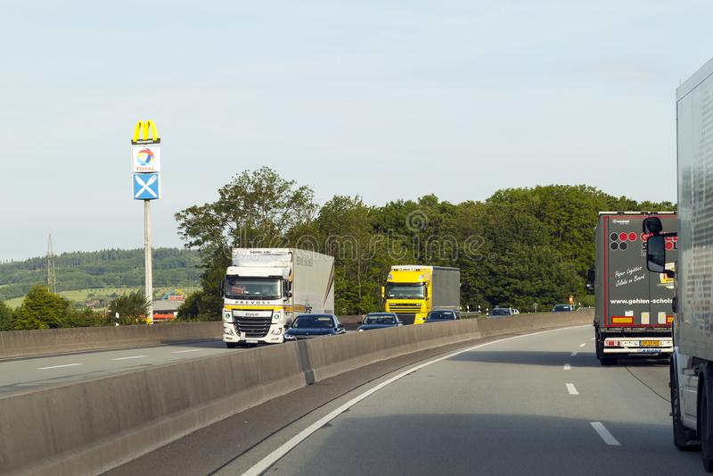 Mainz, Deutschland - 12. Juni 2017: Starker Verkehr auf Autobahn, Mikrobe stockbild