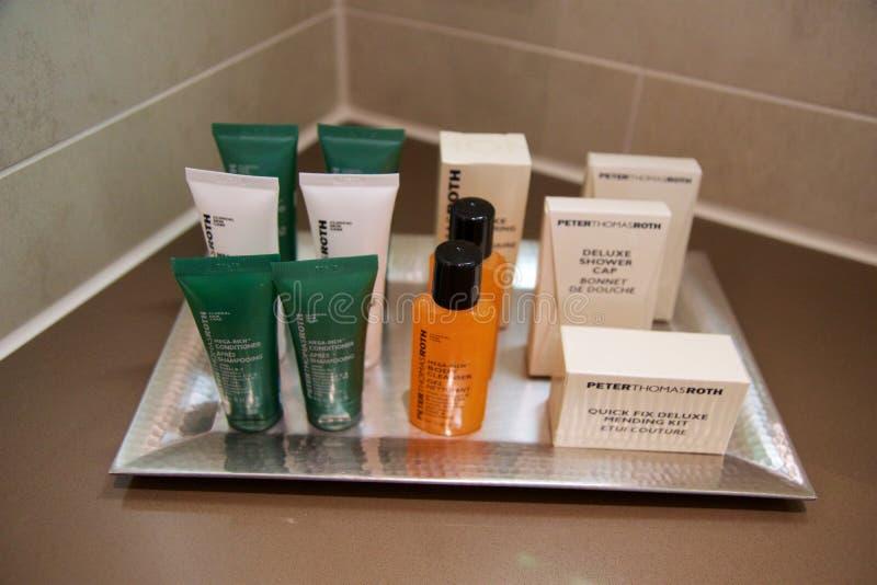 MAINZ, DUITSLAND - 7 JULI, 2017: Douchebelevingswaarde bij een luxehotel, a-stuk zeep, shampoo en lichaamslotion die wordt geplaa stock afbeelding