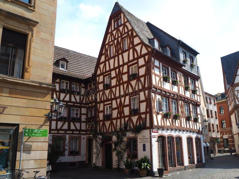 Mainz, Germania Vecchia mezza casa in legno nel centro urbano storico immagine stock