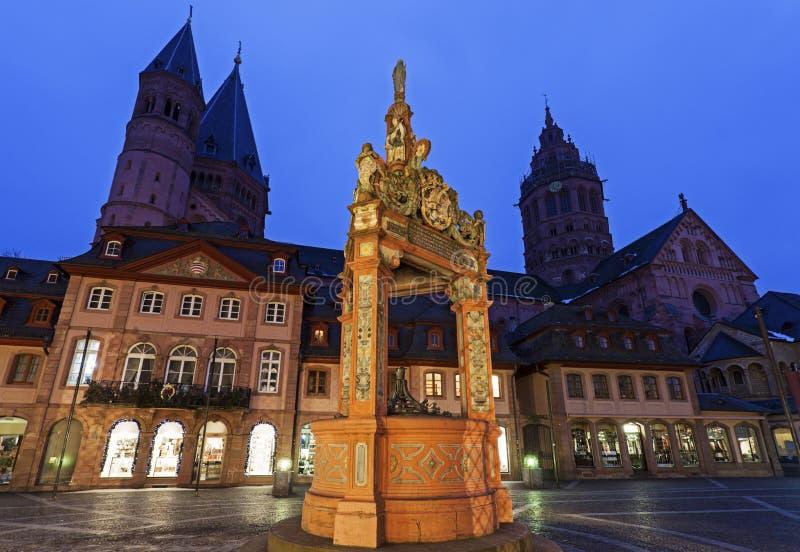 Mainzer Dom StMartin i rynku Well zdjęcie royalty free