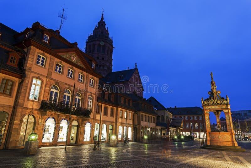 Mainzer Dom StMartin i rynku Well zdjęcia stock