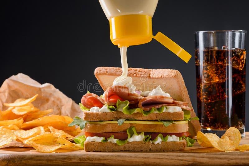 Maionese de derramamento no sanduíche imagens de stock royalty free