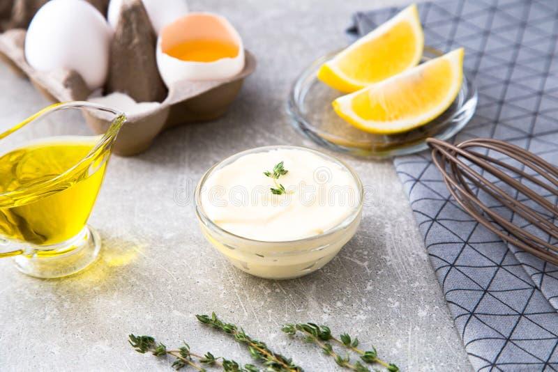 Maionese do molho branco e ovos caseiros frescos dos ingredientes, lemo fotografia de stock royalty free