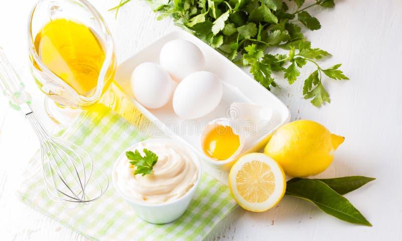 Maionese e ingredientes caseiros frescos no fundo branco foto de stock royalty free