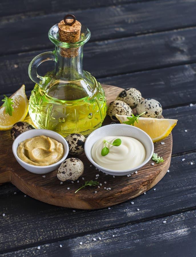 Maionese ed ingredienti per la cottura - olio d'oliva, uova di quaglia limone, senape e spezie immagini stock libere da diritti