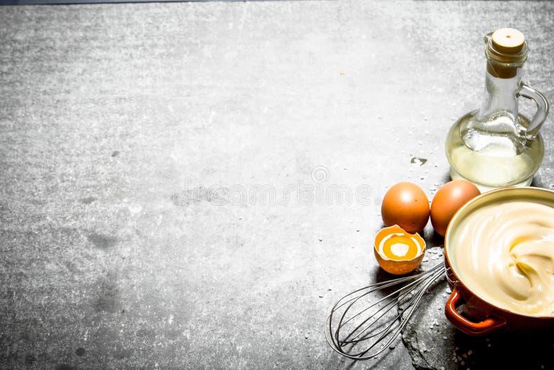 Maionese fresca com os ingredientes e o batedor de ovos foto de stock