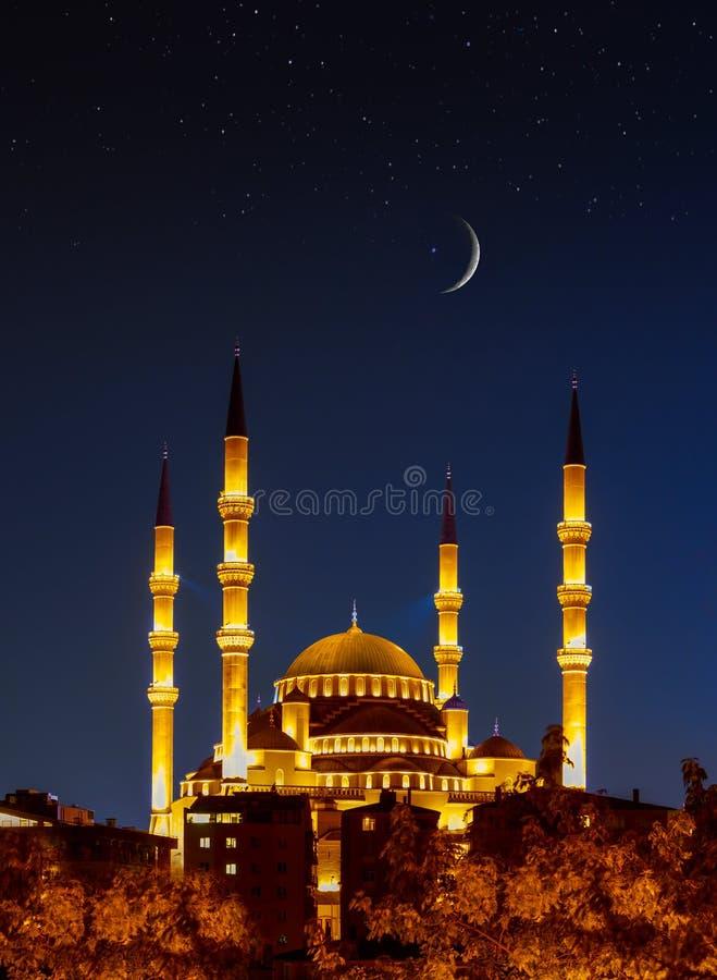 A maior é a Mesquita Kocatepe à noite sob crescente e estrelas, Ancara, Turquia foto de stock