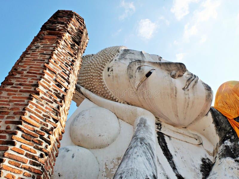 A maior e mais longa estátua budista reclinada na Tailândia imagem de stock