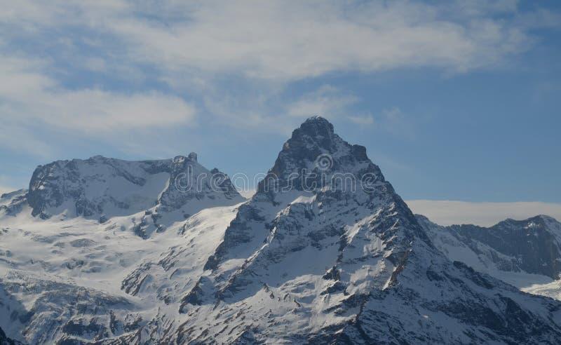 Maiores montanhas de Cáucaso cobertos de neve no dia ensolarado do inverno foto de stock royalty free