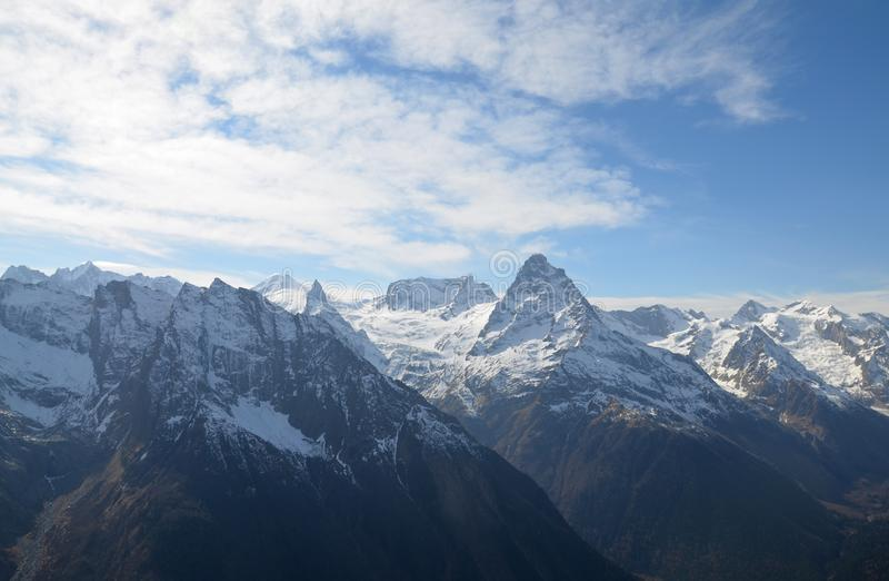 Maiores montanhas de Cáucaso cobertos de neve no dia ensolarado do inverno imagem de stock royalty free