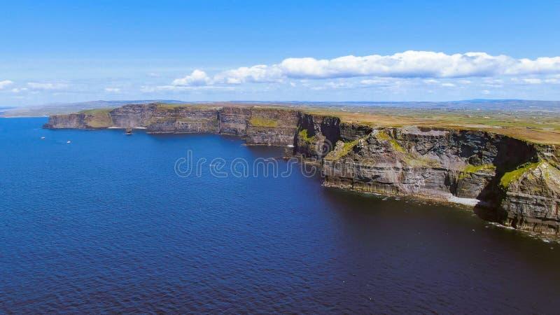 A maioria de marco famoso na Irlanda - os penhascos da metragem aérea do zangão de Moher imagens de stock