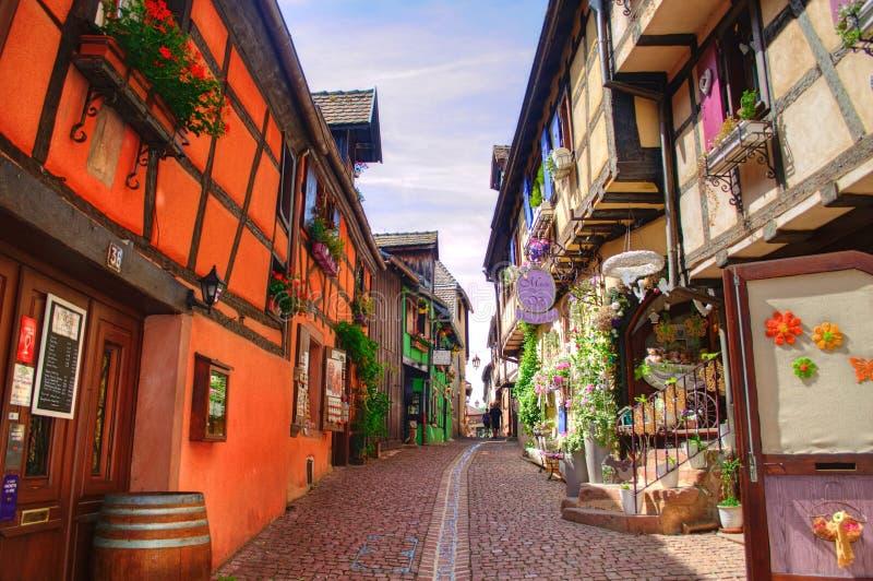 A maioria de vilas bonitas de França - Riquewihr em Alsácia foto de stock