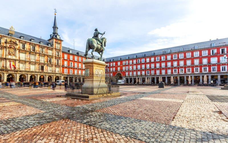 Maire de plaza avec la statue du Roi Philips III à Madrid, Espagne photographie stock