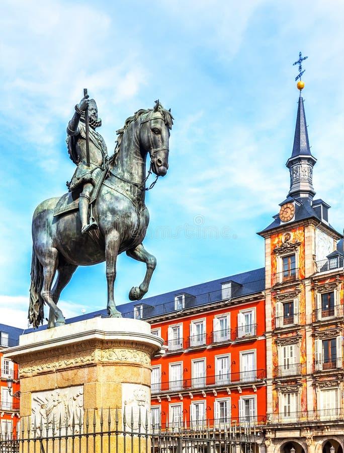 Maire de plaza avec la statue du Roi Philips III à Madrid, Espagne photographie stock libre de droits