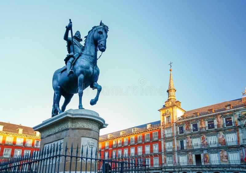 Maire de plaza avec la statue du Roi Philips III à Madrid, Espagne images libres de droits
