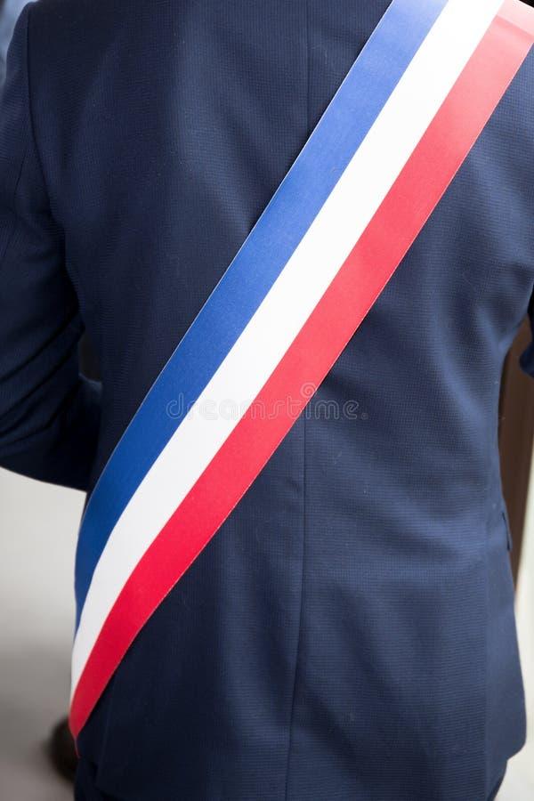 Maire de ville française avec la ceinture du maire de drapeau tricolore français image stock
