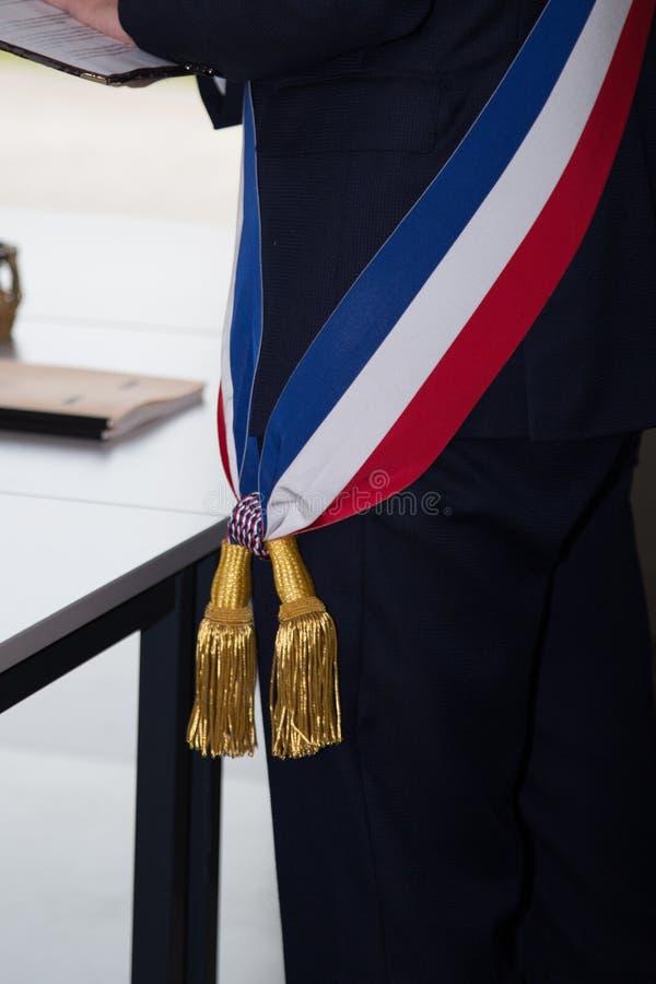 Maire français avec un drapeau d'écharpe au travail photos stock