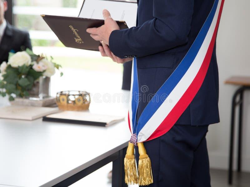 Maire français avec un drapeau d'écharpe pendant un jour de sarclage images libres de droits